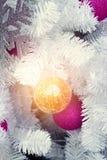 Abstrakt julprydnad och träd för vit jul i belysning Royaltyfria Bilder