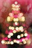 Abstrakt julträd med fallande snö arkivbilder