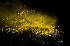 Abstrakt koloru żółtego proszka wybuch na czarnym tle Koloru żółtego proszek splatted odizolowywa Barwiona chmura Barwiony pył wy obrazy stock