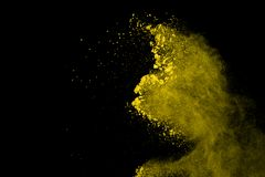 Abstrakt koloru żółtego proszka wybuch na czarnym tle Koloru żółtego proszek splatted odizolowywa Barwiona chmura Barwiony pył wy fotografia royalty free
