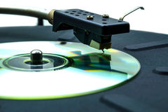 Abstrakt komisk skivtallrik med en CD i stället för en vinyldiskett Arkivfoton
