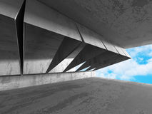 Abstrakt konkret arkitekturkonstruktion på himmelbakgrund Royaltyfria Bilder