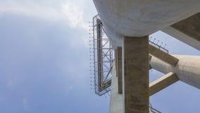Abstrakt konkret constructure till överkanten med bakgrund för blå himmel royaltyfri fotografi