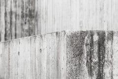 Abstrakt konkret inre med den gråa grungy väggen Arkivfoto