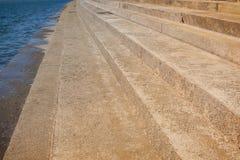 Abstrakt konkret trappa till byggande bakgrund Smutsigt cement Arkivfoton