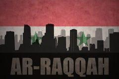 Abstrakt kontur av staden med text Ar-Raqqah på den syrianska flaggan för tappning Arkivfoton