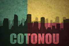Abstrakt kontur av staden med text Cotonou på den tappningBenin flaggan Arkivbild