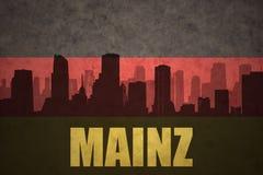 Abstrakt kontur av staden med text Mainz på den tyska flaggan för tappning Royaltyfri Foto