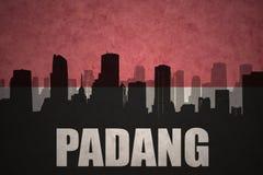 Abstrakt kontur av staden med text Padang på den indonesiska flaggan för tappning Arkivbild