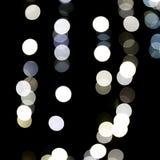 Abstrakt ljus bokeh som suddig bakgrund som är defocused och många runt ljus på svart bakgrund arkivbilder