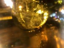 Abstrakt ljus effekt av slutet upp ölrör med härliga bubblor i hög förstoring arkivfoto