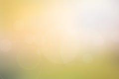 Abstrakt ljus - guling - grön suddig bakgrund Arkivfoton