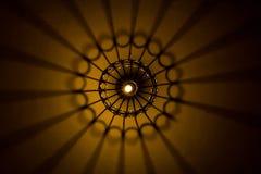 Abstrakt ljus och skugga kommer från lightbulben och lyktan royaltyfri fotografi