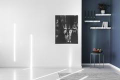 Abstrakt målning på den vita väggen Arkivbilder