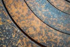 Abstrakt metallbakgrund med geometriska hål i en cirkel och textur rostar apelsin-brunt med fläckar Det horisontal Royaltyfri Bild