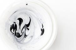 Abstrakt mieszał dwa farbę typ - biel i czerń Odgórny widok zdjęcia royalty free