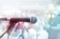 Abstrakt mikrofon med gitarristen på etappen, pastellfärgad färg Royaltyfria Foton