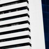 Abstrakt minsta stilarkitektur modern byggnadsfacade Royaltyfria Foton