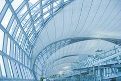 Abstrakt modern arkitektur i den Bangkok flygplatsen Arkivbild