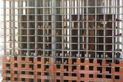 Abstrakt modern arkitekturbakgrund med betonggolv och tegelstenväggar under konstruktion arkivbilder