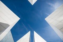Abstrakt modern arkitekturdetalj av en vit byggnad med himmel arkivbild