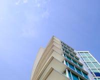 Abstrakt modern byggnad och en blå himmel Royaltyfria Bilder