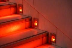 Abstrakt modern röd trappa med varmt ljus - trappasammansättning Arkivbild