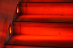 Abstrakt modern röd trappa med varmt ljus - trappasammansättning Arkivfoton