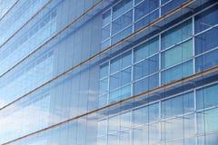 Abstrakt modern stålkontorsbyggnad Arkivfoton