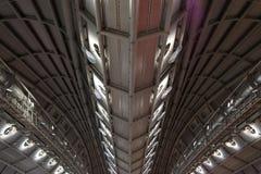 Abstrakt modernt metalliskt tak av ett kommande av en affär Royaltyfri Bild