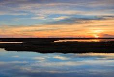 Abstrakt molnvattenreflexion Marsh Sunrise Royaltyfri Bild