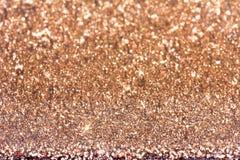 Abstrakt mousserande festlig bakgrund för guld av skinande iskristaller Arkivbilder