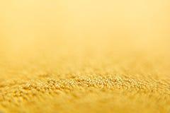 Abstrakt mousserande guld- bakgrund med guld- bollar Bakgrund Royaltyfria Bilder