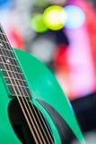 Abstrakt musikbakgrund med den gröna gitarren Arkivfoton