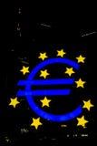 Abstrakt natt för eurosymbolFrankfurt ECB Royaltyfri Bild