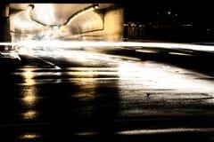 Abstrakt natttrafik på den regniga den stadsgatan och tunnelen fotografering för bildbyråer