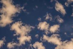 Abstrakt nocne niebo z bufiastymi chmurami i gwiazdami Zdjęcia Stock