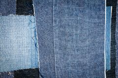 Abstrakt olik bakgrund för jeansbandtextur arkivfoton