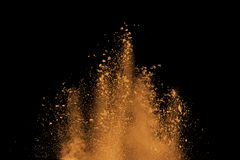 Abstrakt orange dammexplosion på svart bakgrund Arkivfoto
