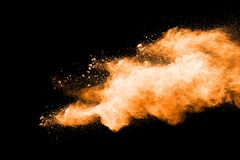Abstrakt orange pulverexplosion på svart bakgrund Royaltyfria Foton