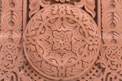 Abstrakt ornamnet som snidas på den röda stenen - armenierkyrka Arkivbilder