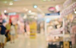 Abstrakt oskarp bakgrund av återförsäljnings- shoppar i shoppinggalleria fotografering för bildbyråer