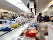 Abstrakt oskarp bild av sushirestaurangen Arkivfoto