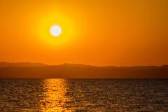 Abstrakt oskarp dramatisk solnedgång i lång exponering för bakgrund arkivfoto