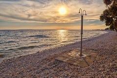 Abstrakt Pebble Beach dusch på solnedgången Royaltyfri Foto