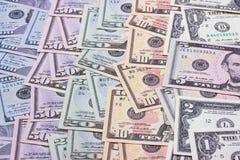 Abstrakt pengarbakgrund oss dollar av olika valörer Fotografering för Bildbyråer