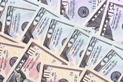 Abstrakt pengarbakgrund oss dollar av olika valörer Arkivfoton