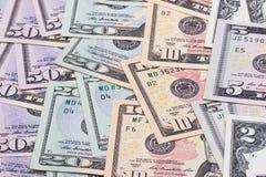 Abstrakt pengarbakgrund oss dollar av olika valörer Arkivfoto