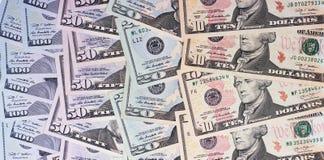 Abstrakt pengarbakgrund oss dollar av olika valörer Royaltyfri Bild