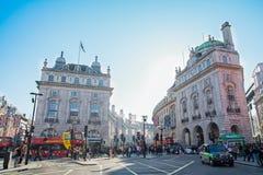 Abstrakt Piccadilly cyrk w Londyn pod niebieskim niebem Zdjęcia Royalty Free
